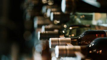 vins dans une cave à vins
