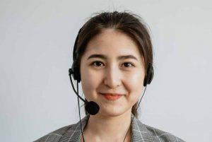Un agent de centre d'appel souriant